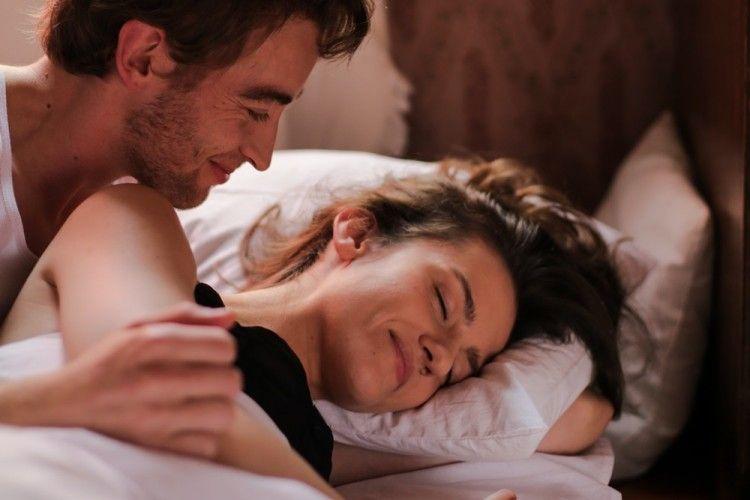 8 Posisi Seks Terbaik Buat Pasangan Pemalas