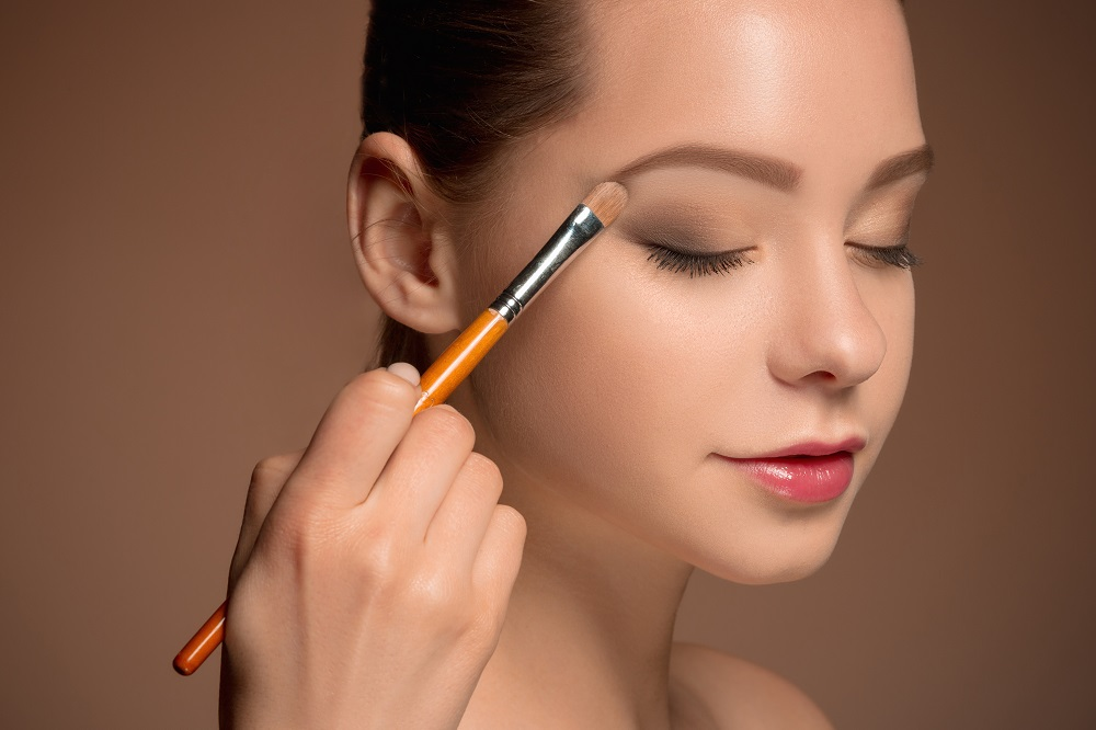Meski dari Rumah, Ini 5 Trik Makeup Sederhana Saat Kuliah Virtual
