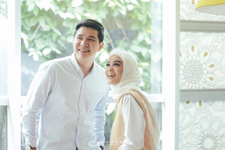 9 Inspirasi Gaya Foto Pre-Wedding Hijab dari Seleb Indonesia