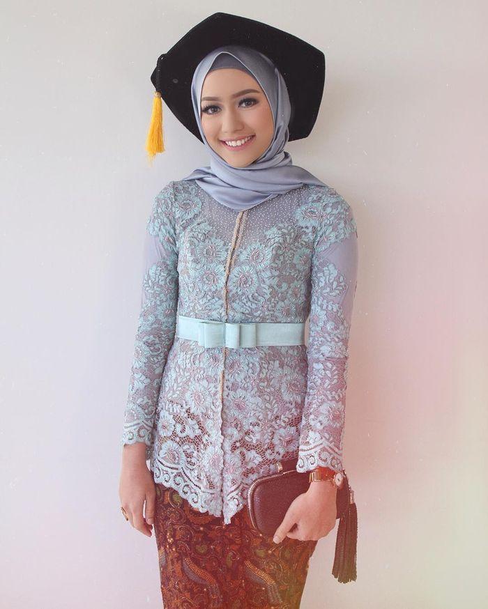 Inspirasi Model Kebaya Wisuda Hijab a La Selebgram Indonesia