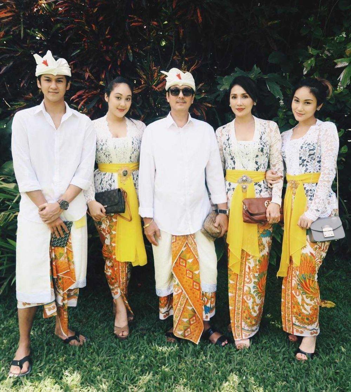 10 Potret Antonio Blanco dengan Busana Bali, Sosok yang Rajin Ibadah!