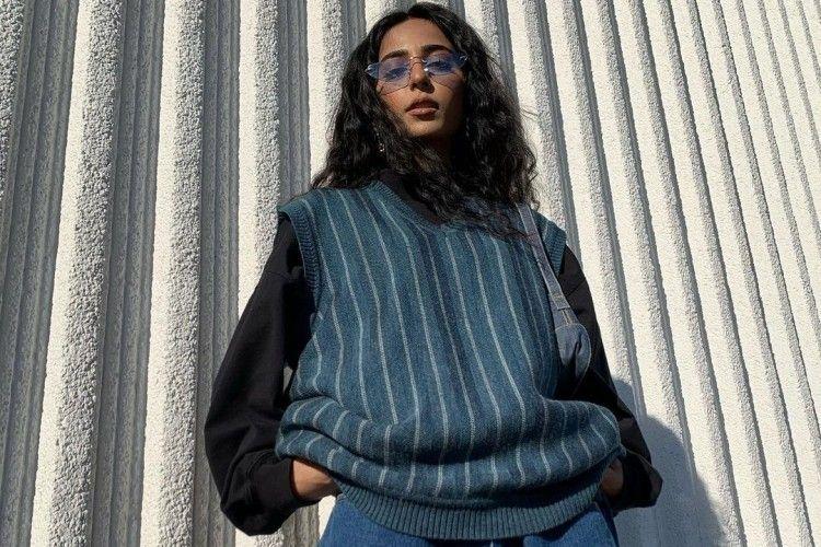 Kembali Jadi Trend! Begini Cara Mix & Match Rompi Sweater yang Modis