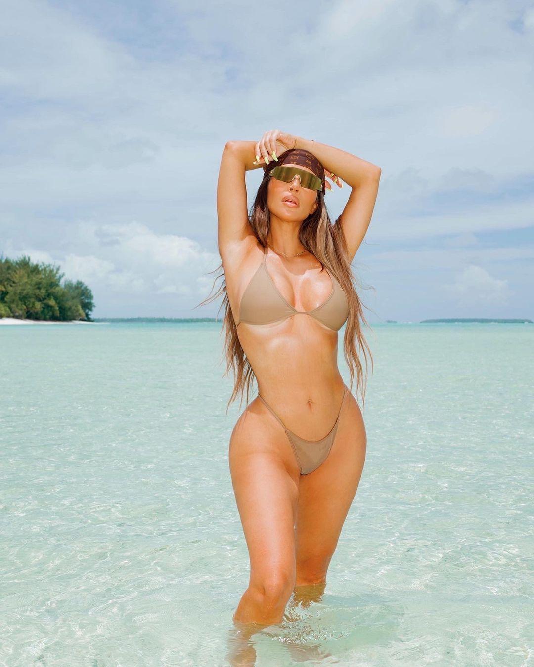 Aksi Kim Kardashian West Pamer Tubuh Seksi saat Ulang Tahun ke-40
