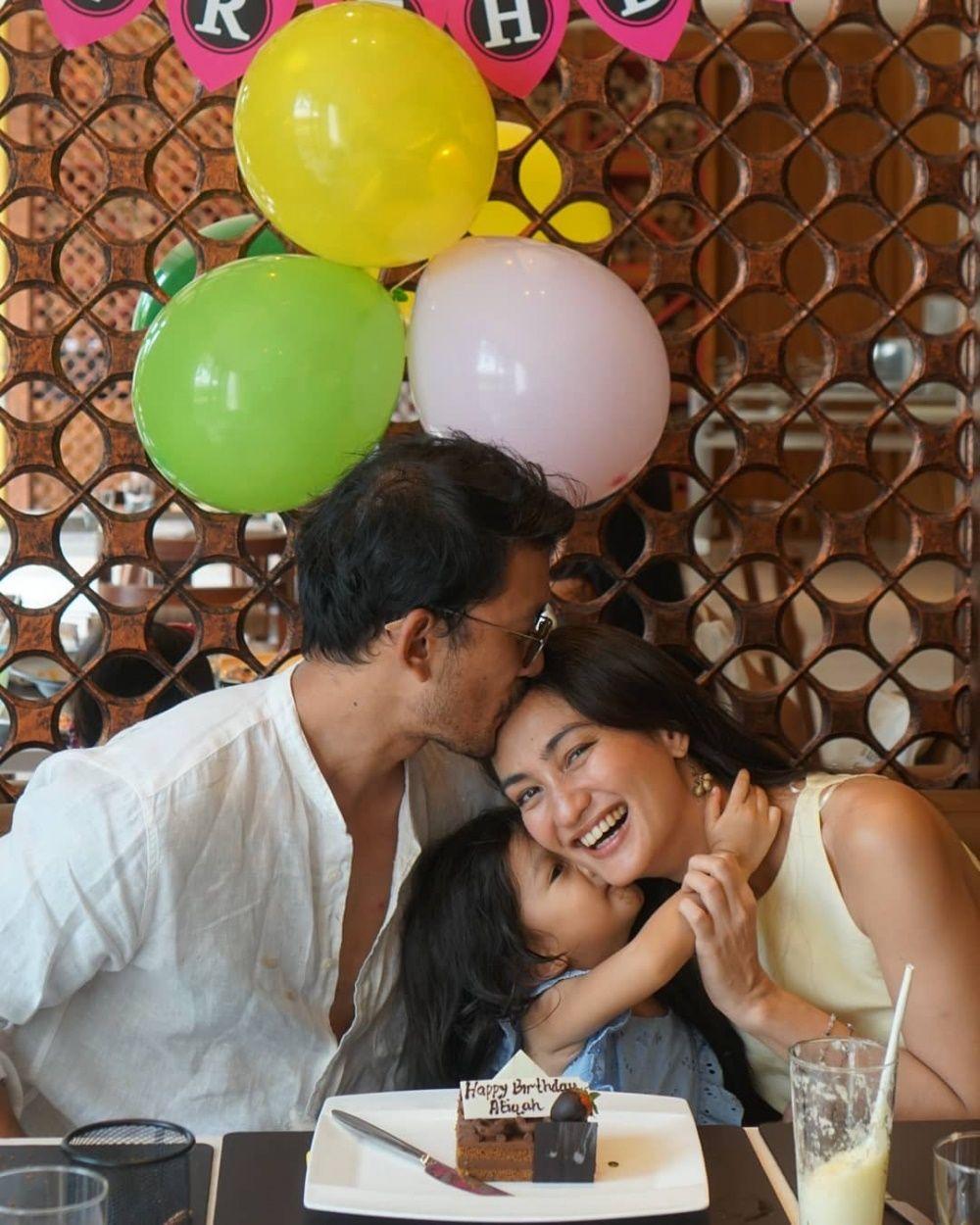 Family Goals! Intip 10 Potret Harmonis Rio Dewanto dan Keluarga