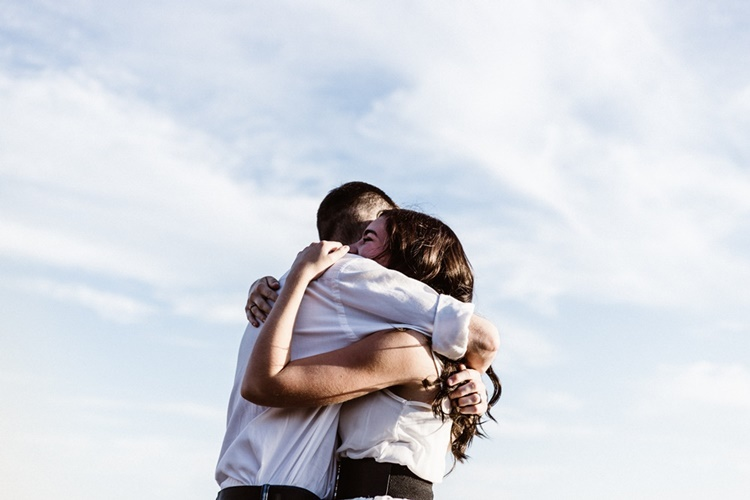 Yuk, Ketahui 7 Manfaat Cuddle atau Pelukan dengan Pasangan
