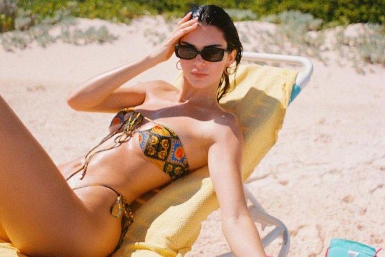 Begini Gaya Seksi Kendall Jenner saat Liburan ke Pantai