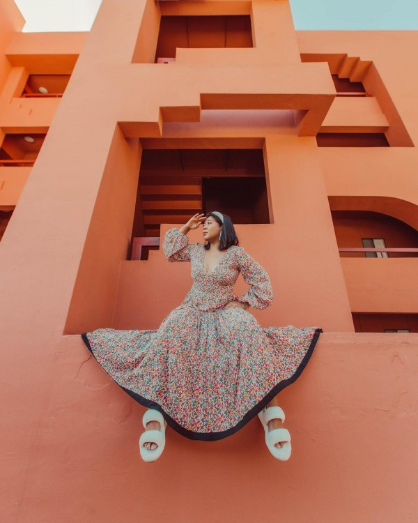 Tips Tampil Chic saat Jalan-jalan Pakai Sandal Rumahan