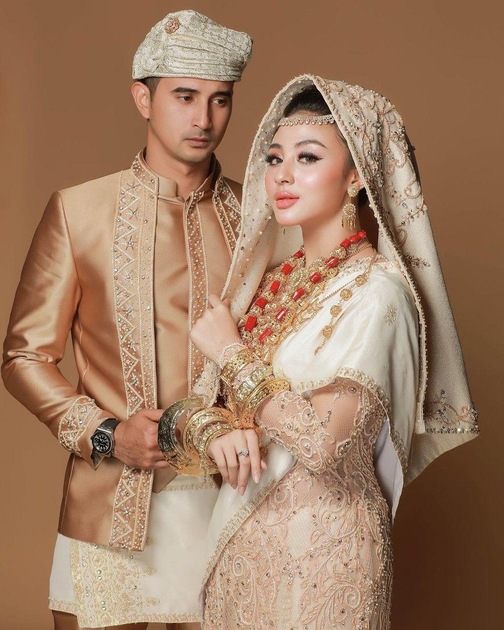 10 Foto Pre-Wedding Ali Syakieb & Margin, dari Gaya Klasik Hingga Adat