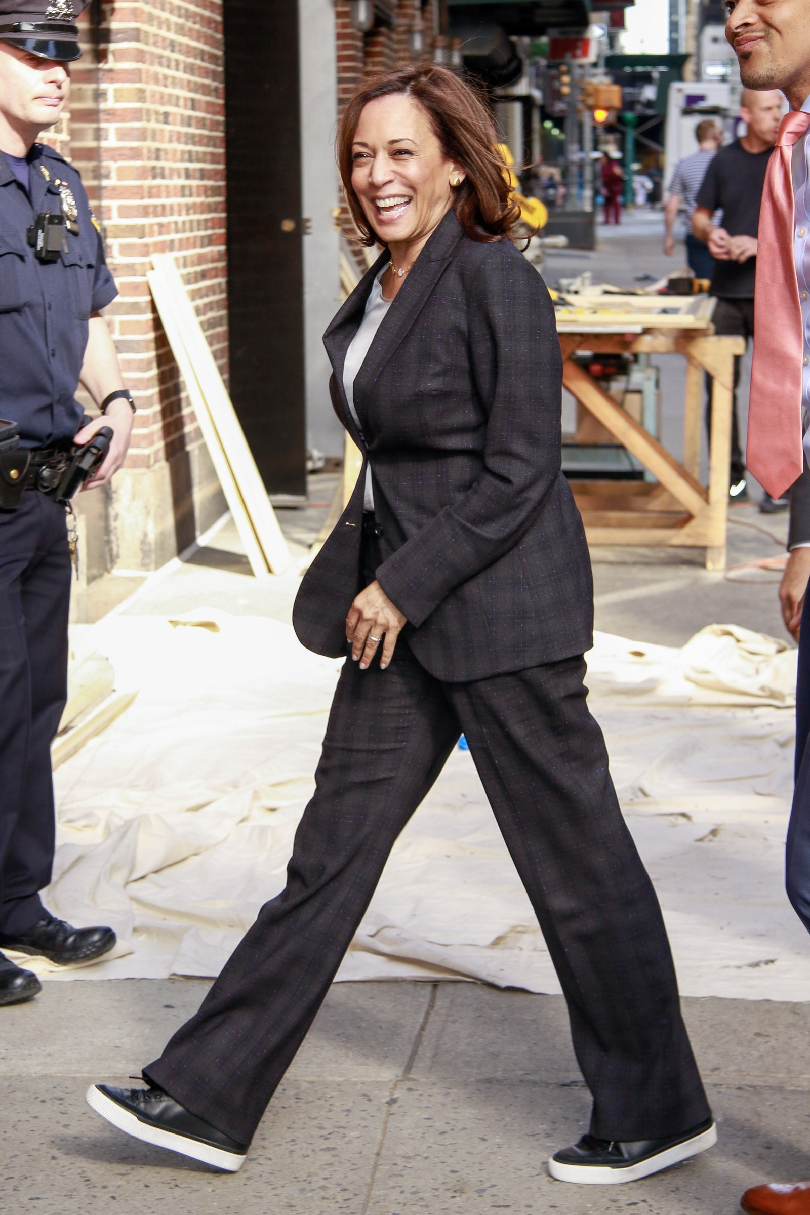 Gaya Kamala Harris, Wakil Presiden AS yang Hobi Pakai Sneakers