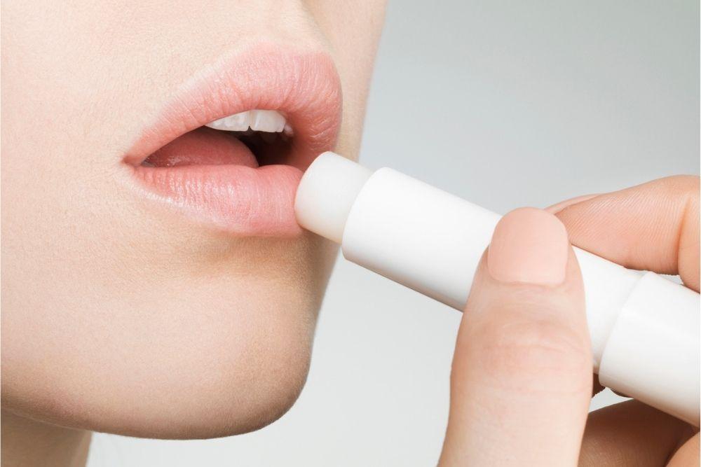 9 Tips Mengatasi Bibir Kering dan Pecah-pecah, Gampang Banget!