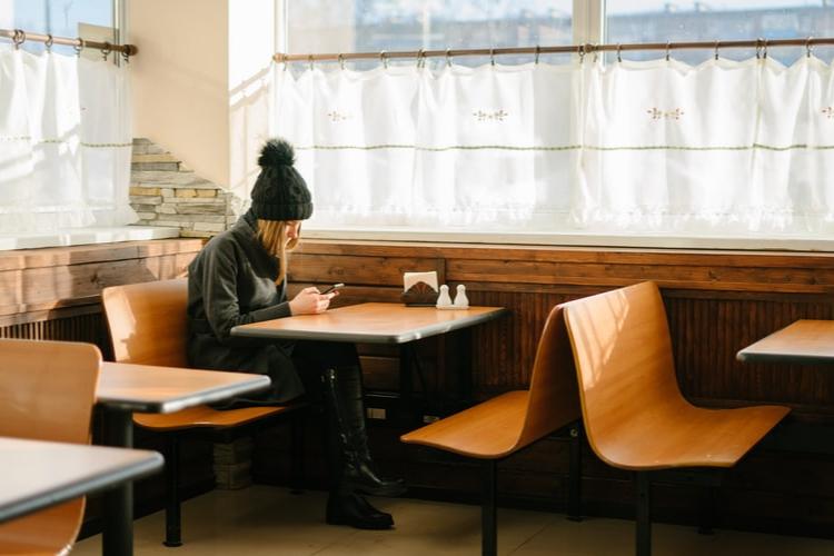 20 Topik Obrolan di Aplikasi Kencan Agar Percakapan Tidak Terputus