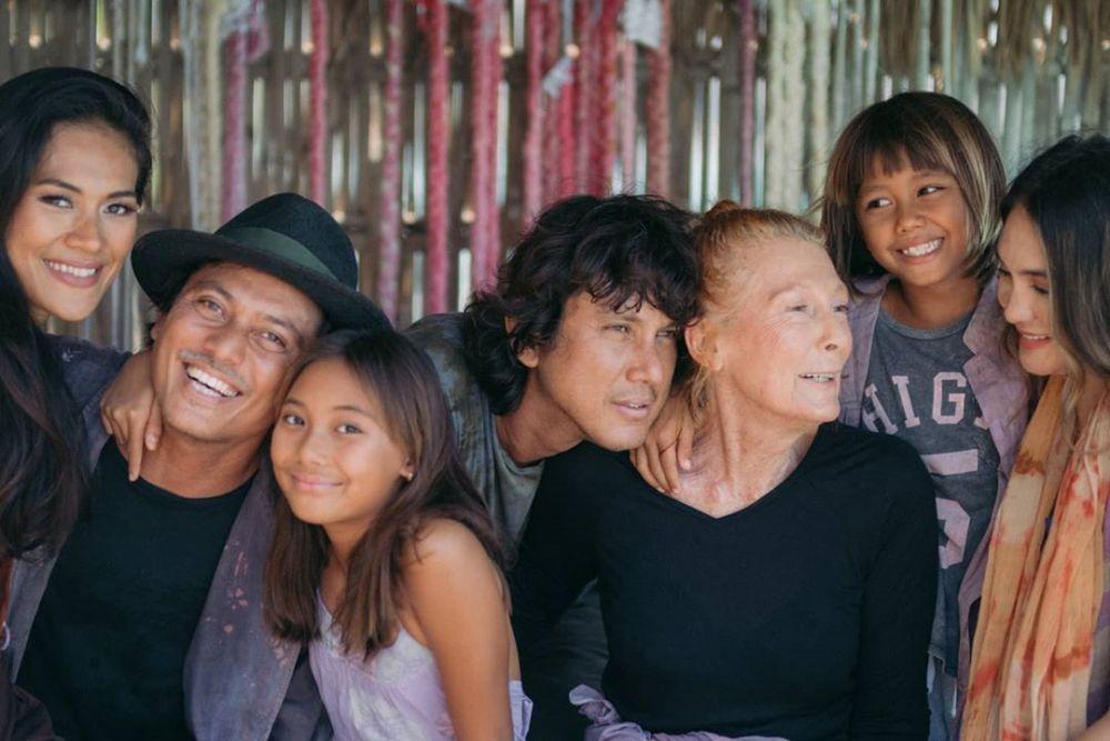 Hangat dan Bahagia, Intip 9 Gaya Pemotretan Keluarga Luna Maya