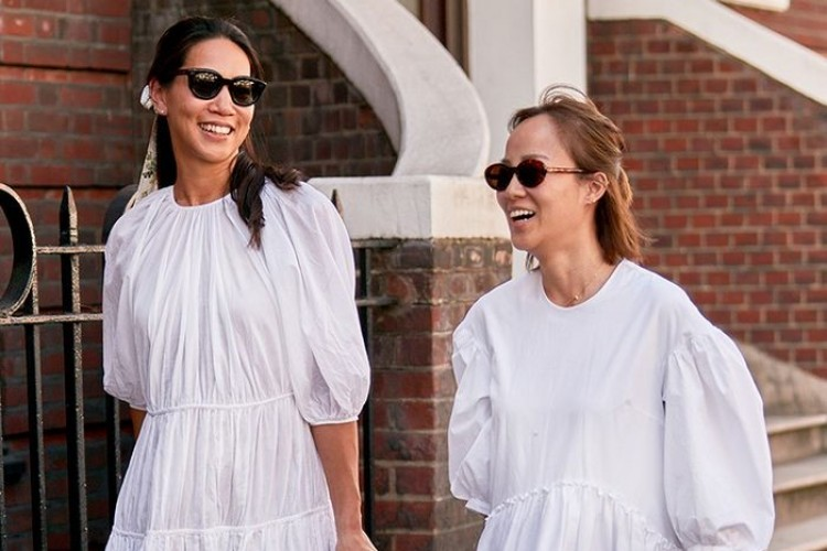 Cara Padu-padan Pakaian Serba Putih Supaya Nggak Terlihat Pucat
