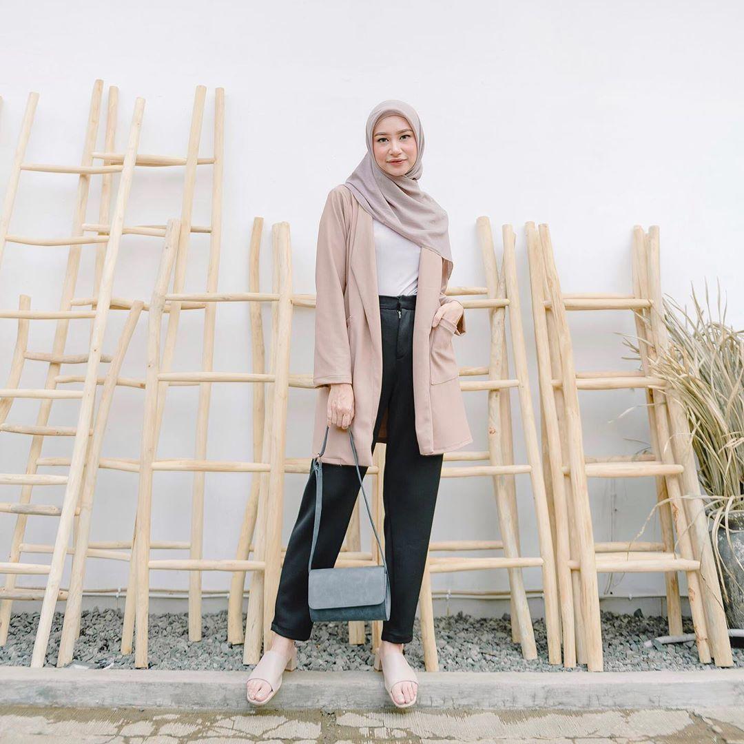 Padu Padan Hijab dan Tunik Warna Khaki