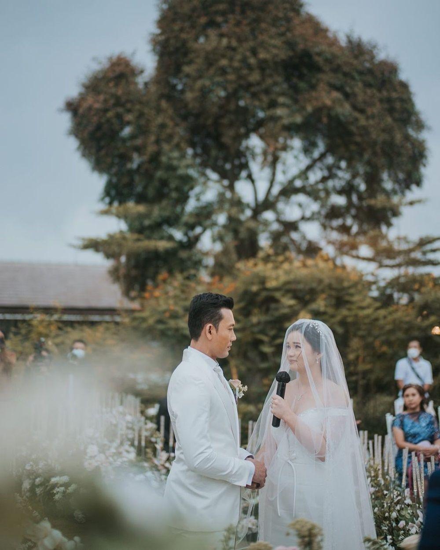 Berkonsep Outdoor, 10 Foto Pernikahan Denny Sumargo dan Olivia Allan