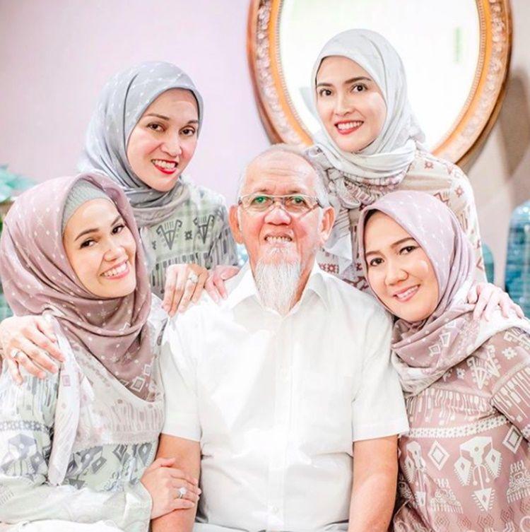 Beda Agama, Ini 10 Momen Penuh Toleransi Shandy Aulia dan Sang Ayah