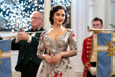 Detail Gaya Glamor Vanessa Hudgens di The Princess Switch 2