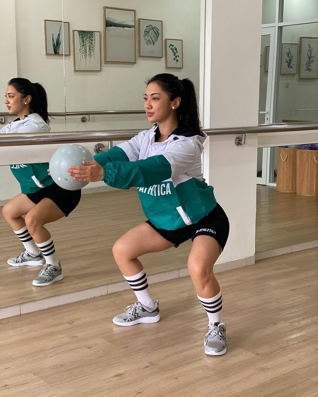 Gaya Seksi Anindita Hidayat Pamer Lekuk Tubuh saat Olahraga