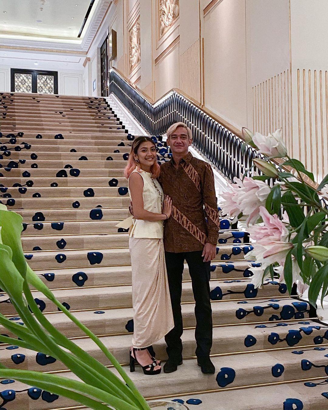 Segera Menikah, Begini Gaya Mesra Adipati Dolken dan Calon Istri