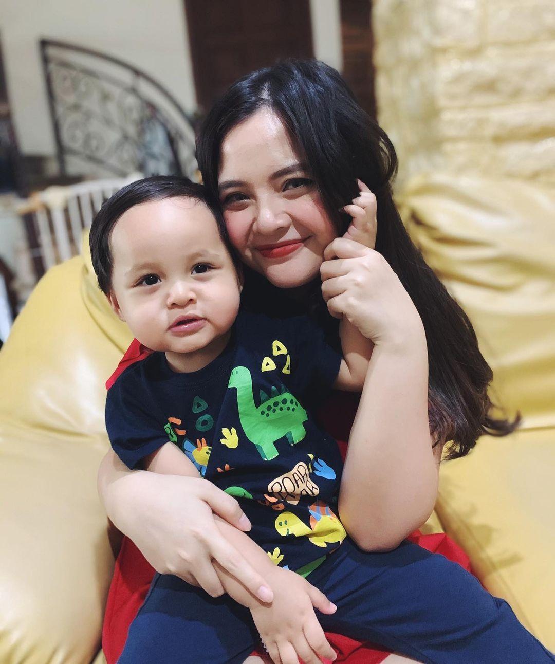 Pesona 10 Mama Muda Indonesia, Makin Menawan Sambil Gendong Anak
