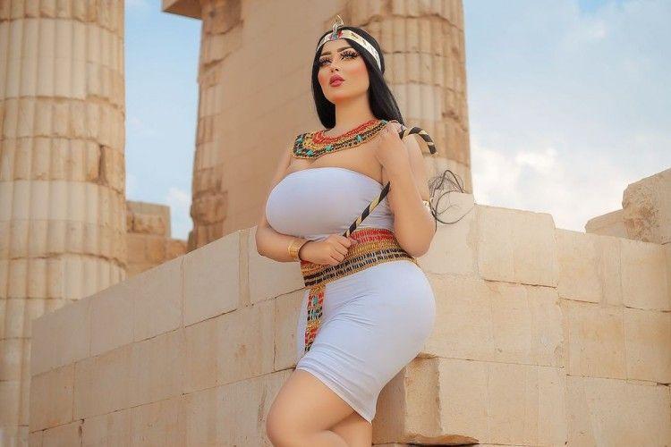 Foto Vulgar di Depan Piramida, Intip PotretSalma Elshimy!
