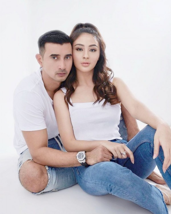 Sangat intim! 7 Aktor Indonesia Punya Kekasih Blasteran