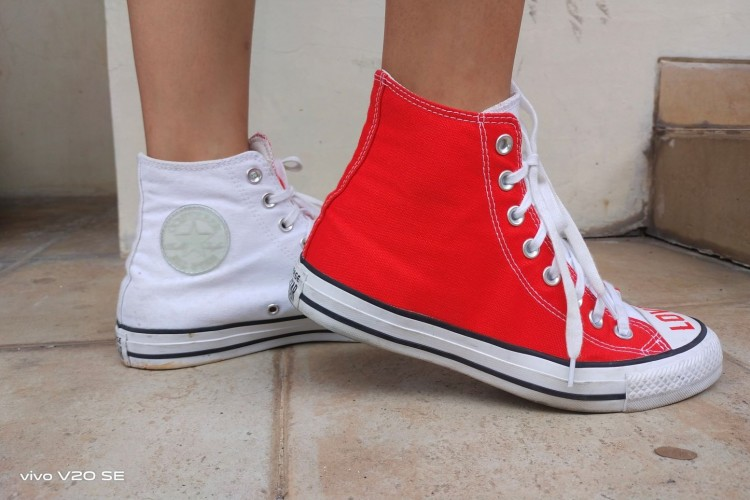 Contek Gaya Pakai Sneakers Warna Cerah Ini Yuk!
