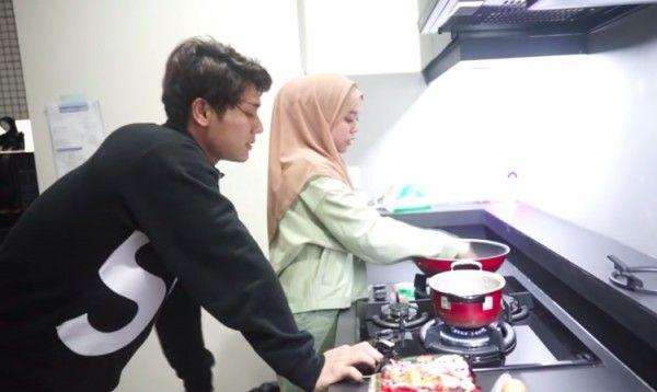 Resmi Pacaran, 9 Momen Manis Rizky Billar Masak Demi Lesty
