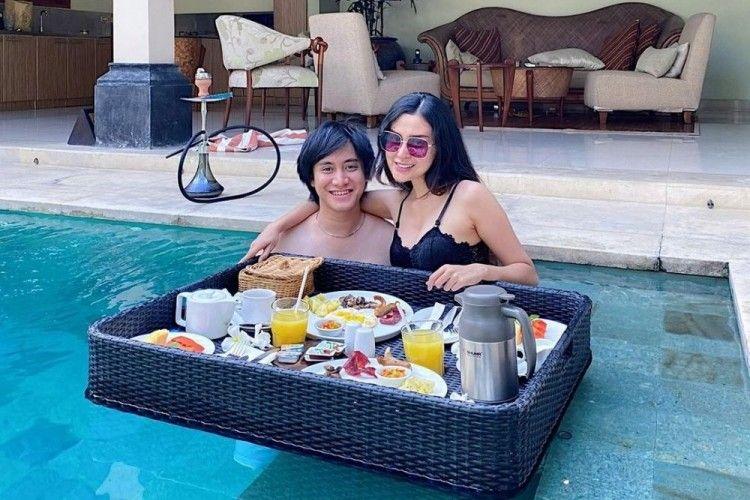 Mesra di Air, Intip 10 Momen Floating Breakfast Artis dan Pasangan