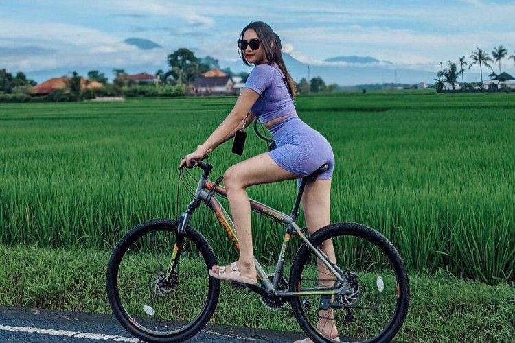 5 Artis Ini Jatuh Dari Sepeda, Ada yang Gara-Gara Lawan Begal!