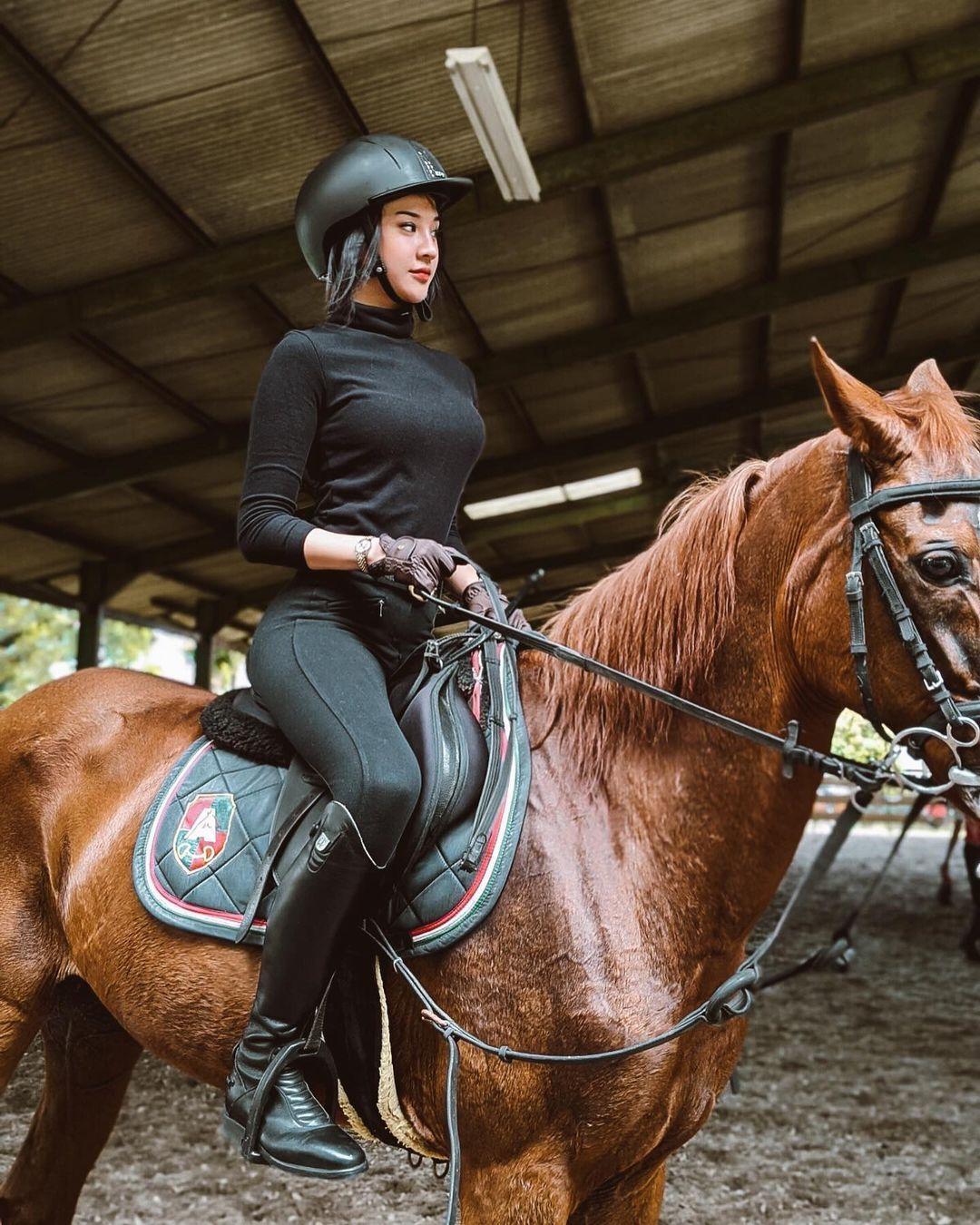 Sepeda hingga Berkuda, Ini Gaya Seksi Anya Geraldine saat Olahraga