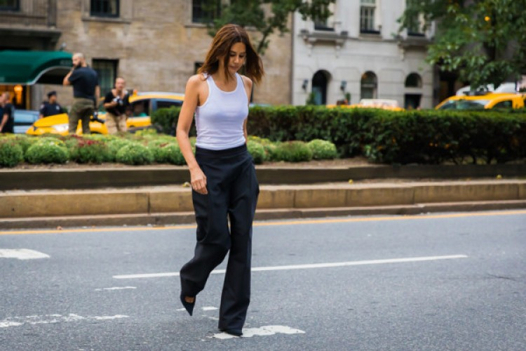 7 Inspirasi Gaya Street Style Memakai Tank Top