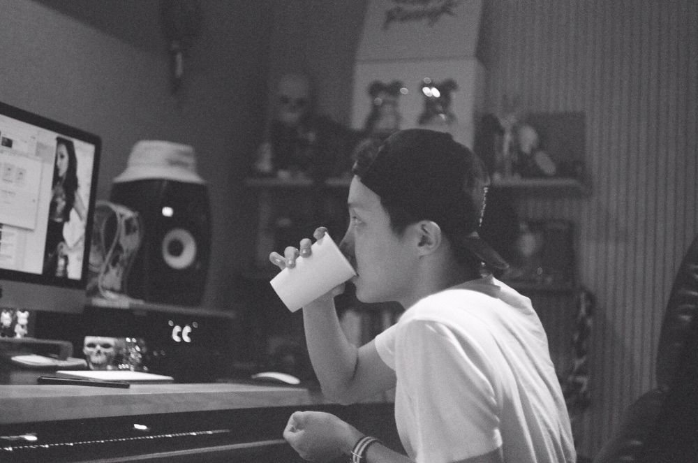 10 Foto Hasil Jepretan Hitam Putih a la V BTS yang Memukau