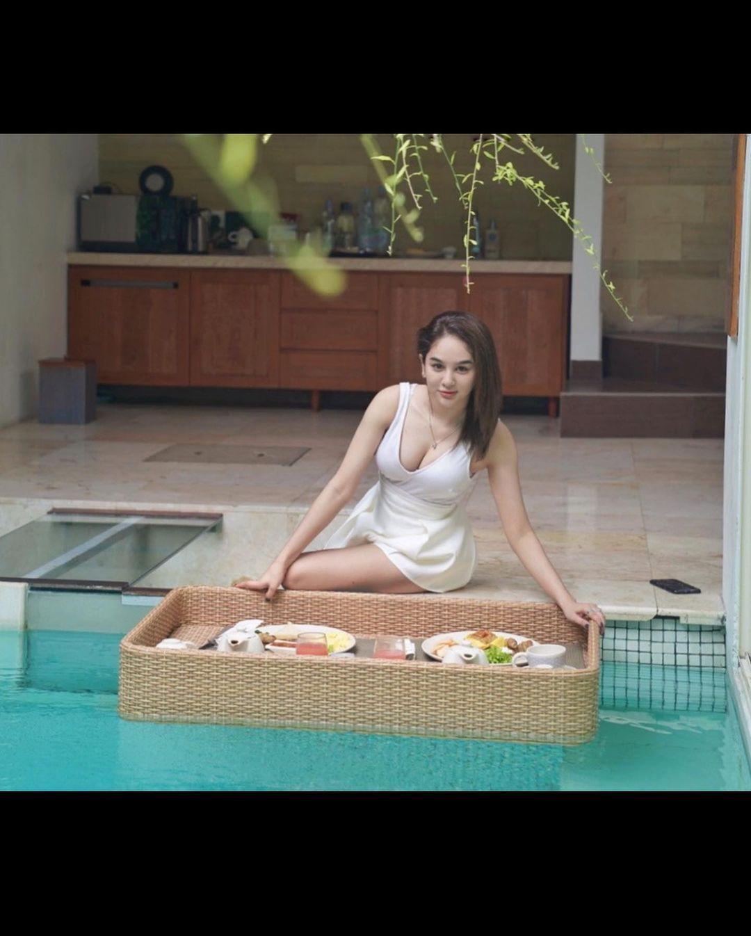 Potret Seksi Hana Hanifah saat Liburan Mewah di Bali