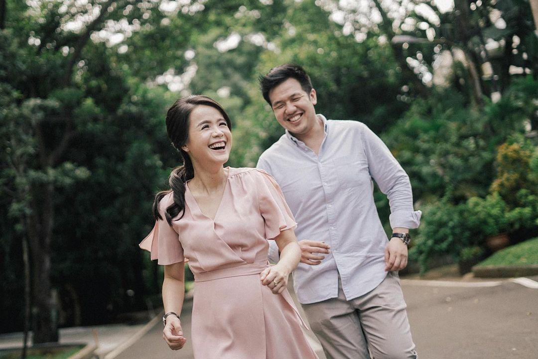 Inspirasi Baju Pre-Wedding Kasual yang Jadi Favorit Calon Pengantin