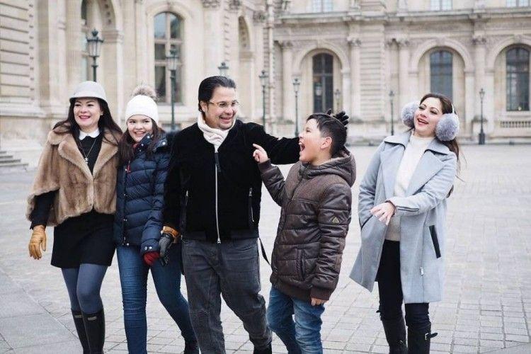 5 Seleb yang Langgeng Berpoligami, Istri Pertama & Kedua Akur Banget!
