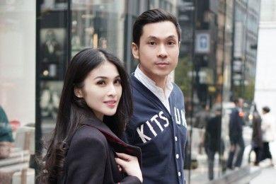 Mesra Banget 10 Potret Intim Pasangan Artis Beda Usia Dua Tahun