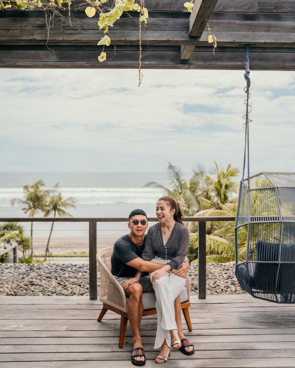 Mesra Banget! 10 Potret Intim Pasangan Artis yang Beda Usia Dua Tahun