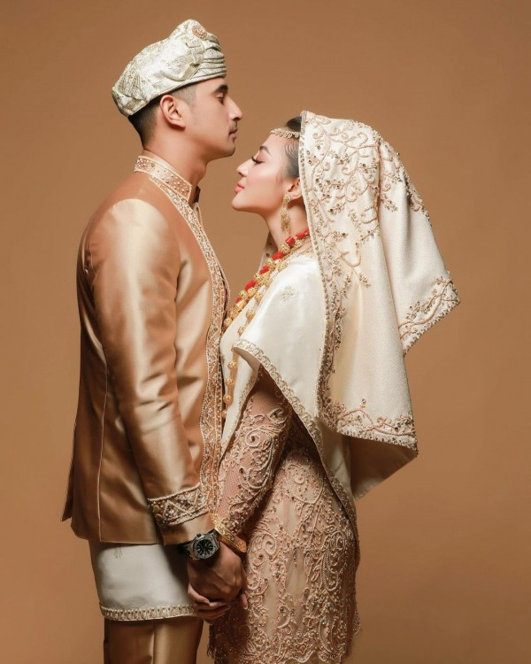 Gaya Pre-Wedding Ali Syakieb dan Margin Wieheerm