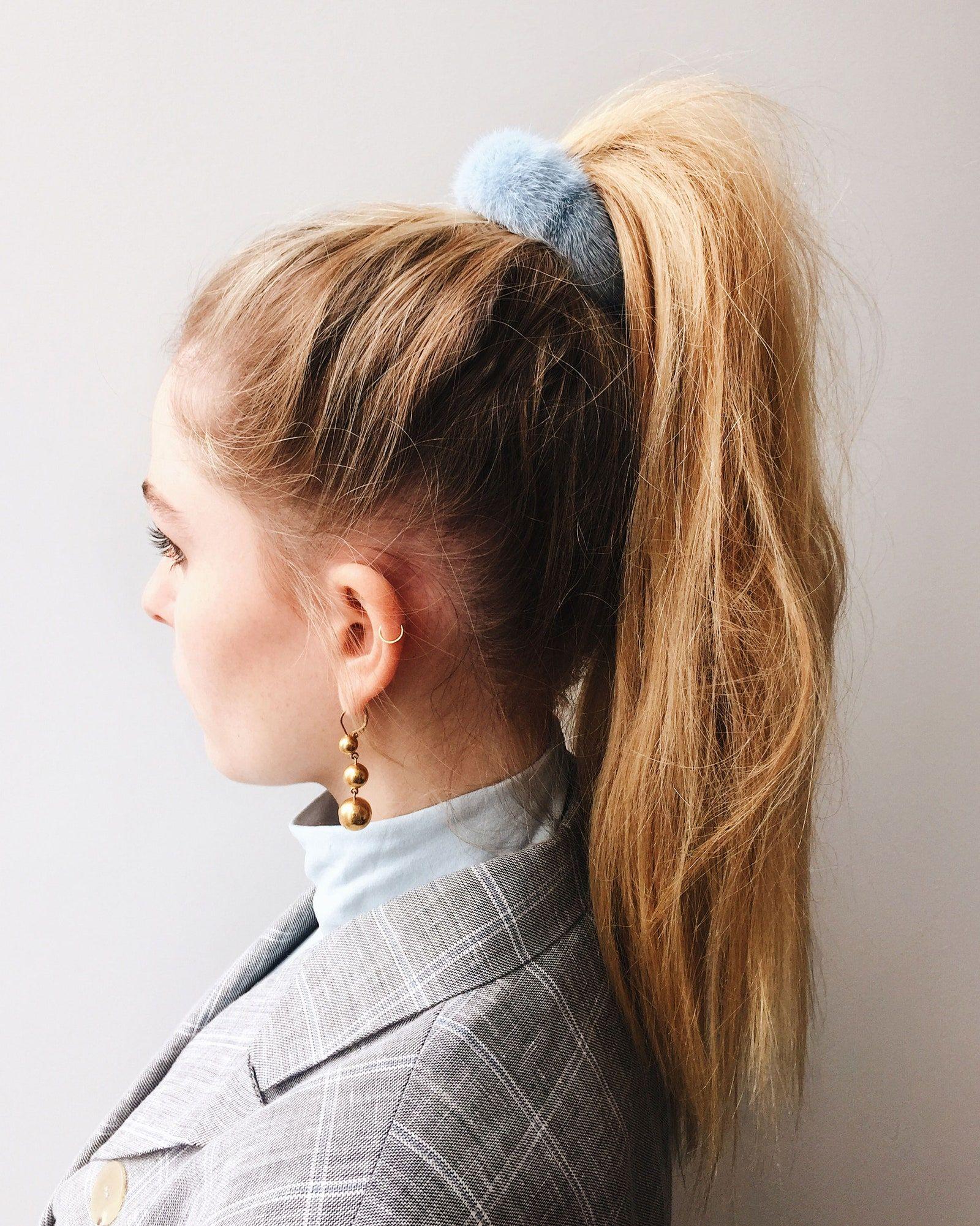 Tampil Cute, Simak Cara Pakai Scrunchie Ini!