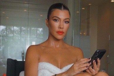 Gaya Seksi Kourtney Kardashian Buat Travis Barker Jatuh Hati