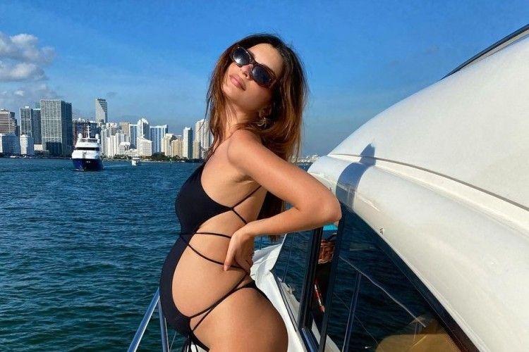 Gaya Seksi Emily Ratajkowski saat Hamil, Pamer Perut Buncit!