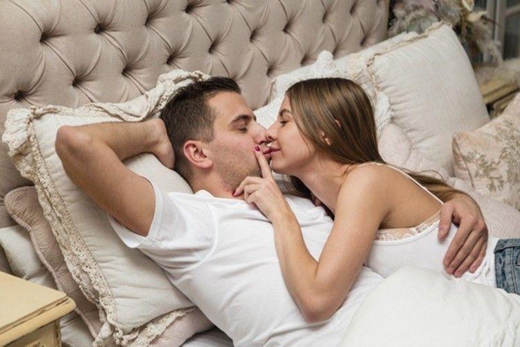 Tak Sekadar Pelukan, 7 Jenis Cuddling Ini Bisa Menambah Keintiman Lho