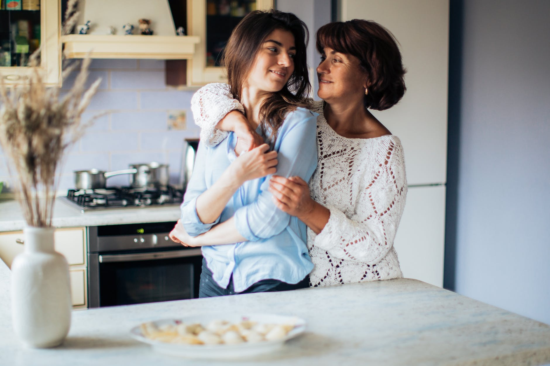 7 Cara Membuat Orangtua Mengerti Bahwa Kamu Belum Siap Menikah