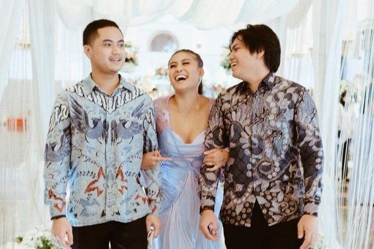 Gandeng Dua Mantan, Intip 10 Momen Awkarin di Pernikahan Sarah Gibson