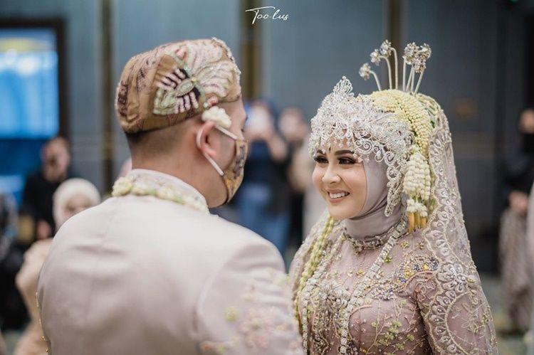 10 Adu Gaya Pernikahan Ali Syakieb-Margin vs Kesha Ratuliu-Adhi
