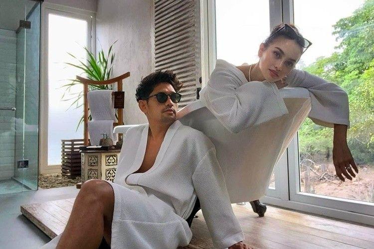 Mesra di Bathtub, 9 Artis Ini Pamer Saat Mandi Bareng Pasangan