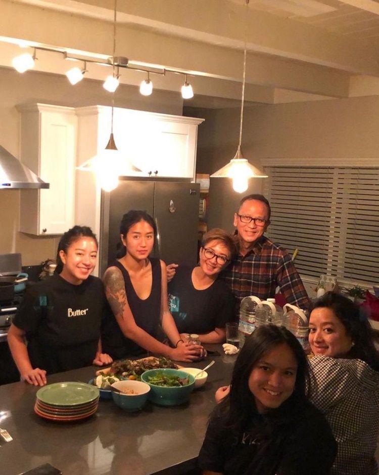 Family Goals! 10 Momen Hangat Chef Renatta Bersama Ibu dan Kakaknya