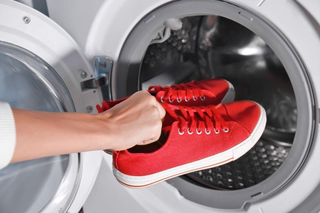Cara Mengeringkan Sepatu Basah dengan Mudah dan Cepat
