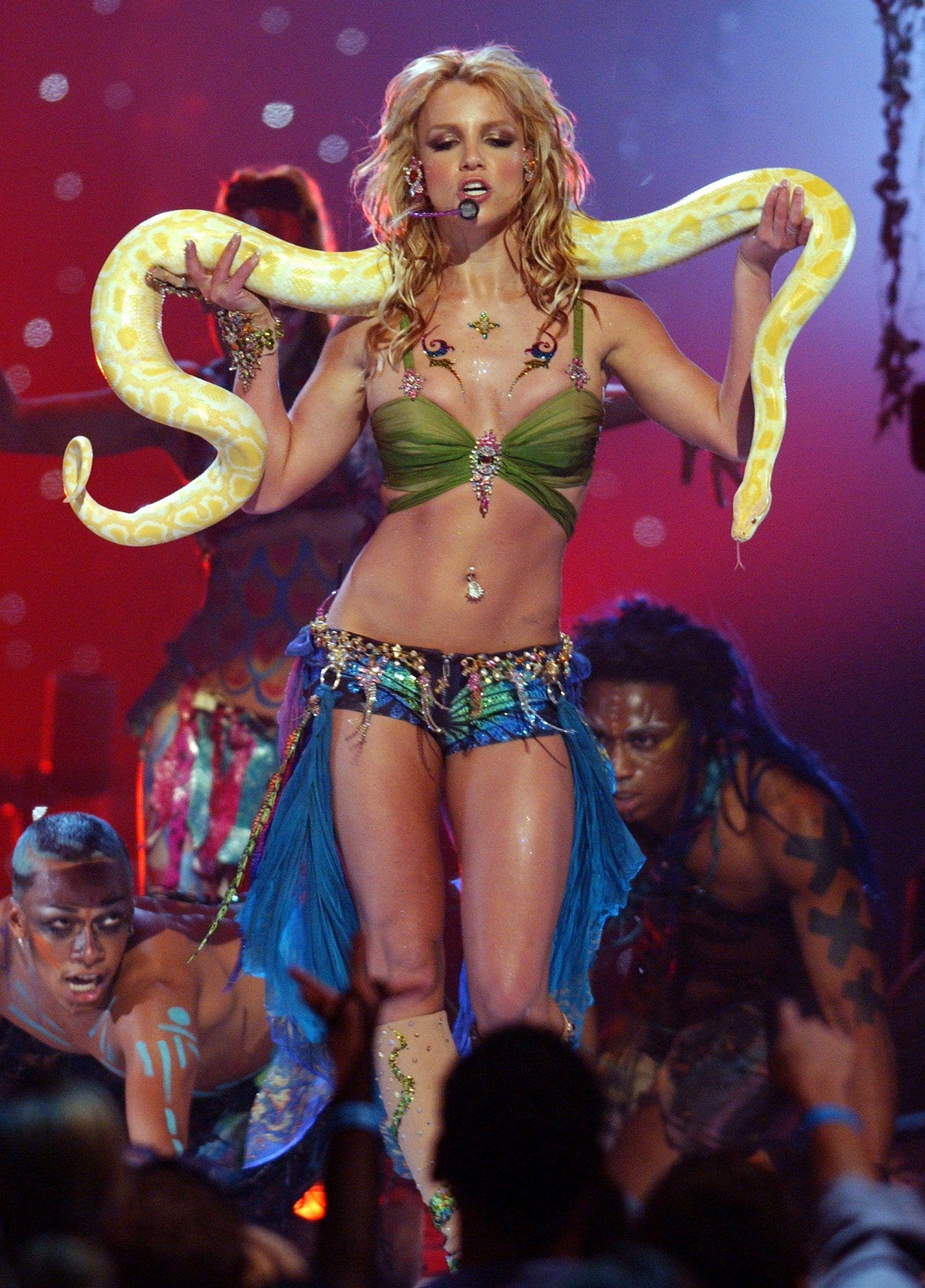 10 Gaya Seksi Britney Spears di Atas Panggung, Mengundang Kontroversi